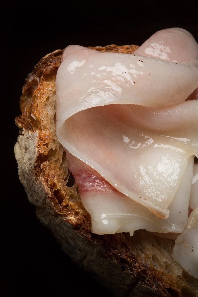 Lardo rosa steso su una fetta di pane